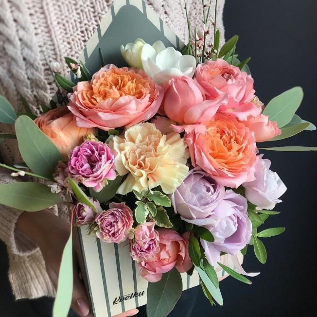 Цветочный конверт №2 из пионовидных роз, фрезии, генисты