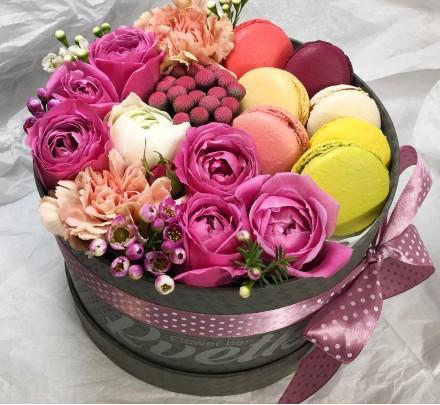 Цветы в коробке №46 из пионовидных роз, гвоздики, ранункулюсов, macarons