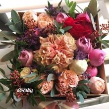 Цветы в коробке №48 из пионовидных роз и гвоздики
