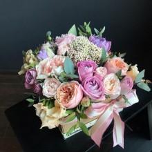 Цветы в коробке №49 из пионовидных роз, эустомы, гвоздики