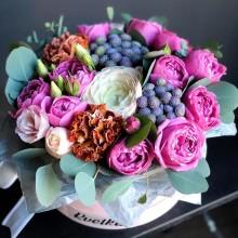 Цветы в коробке №53 из пионовидных роз, гвоздики, ранункулюсов