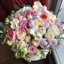Цветы в коробке №54 из пионовидных роз, ранункулюсов, фрезии, эустомы